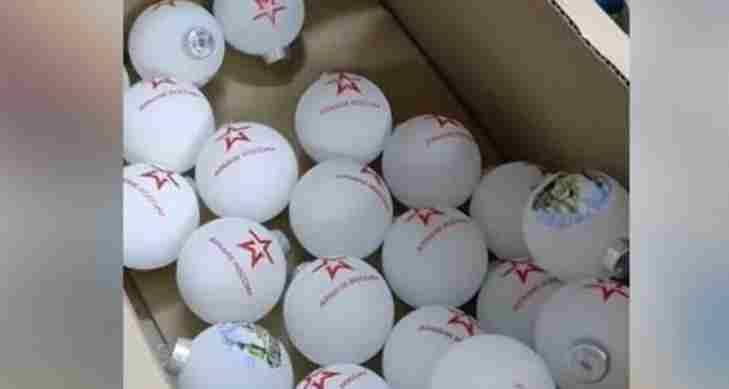 У Украјини се и даље продају новогодишње куглице са логом руске војске