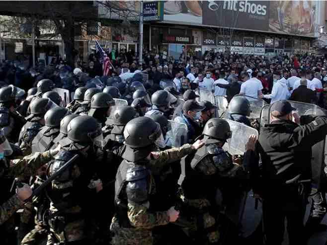 """Скопље: Камење, шок-бомбе, заставе и покличи """"Велика Албанија"""""""