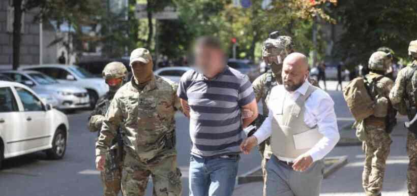 Мушкарац који је гранатом заузео зграду Кабинета министара предао се полицији